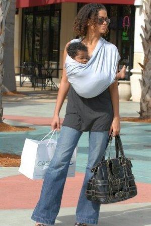 мама с покупками и ребенком в слинге