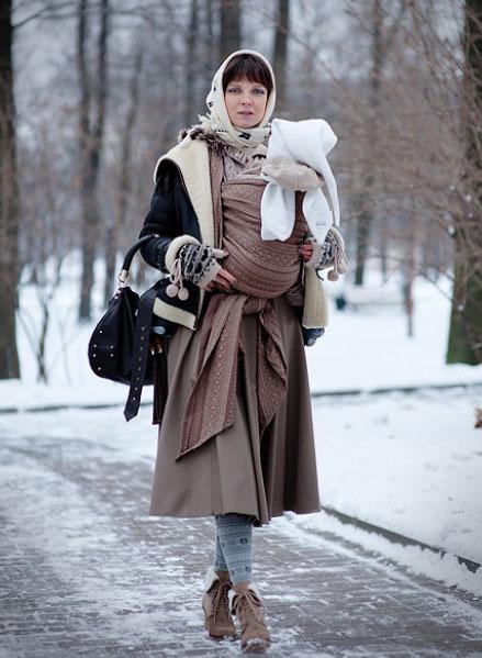 Ребенок в слинге зимой