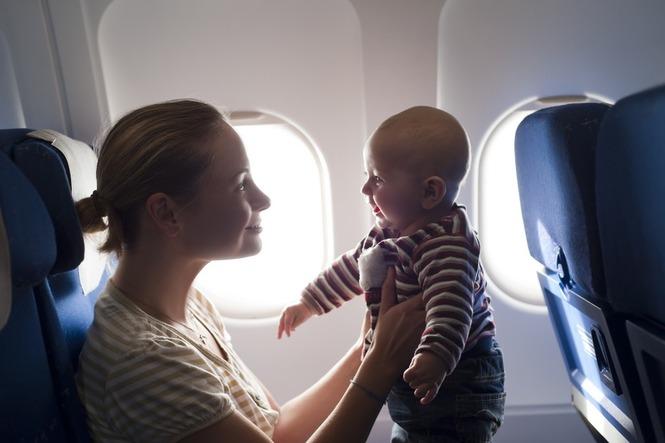 Мама с малышом в салоне самолета
