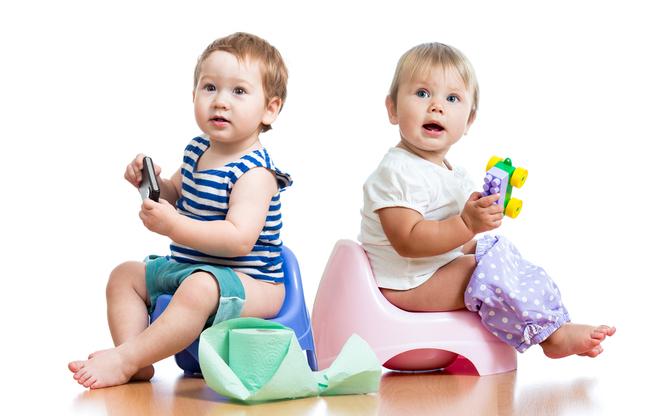 два ребенка на горшках