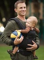 Мужик с эргорюкзаком и мячом