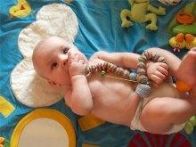 Ребенок играет со слингобусами