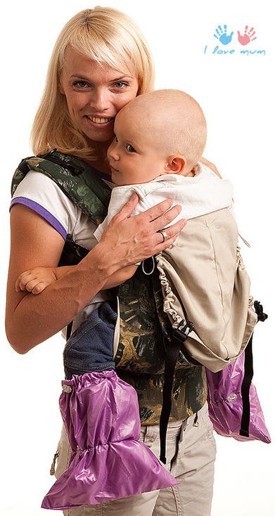 Мама с малышом в слинге и в бахилах