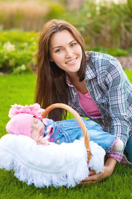 Прогулка с новорожденным в люльке