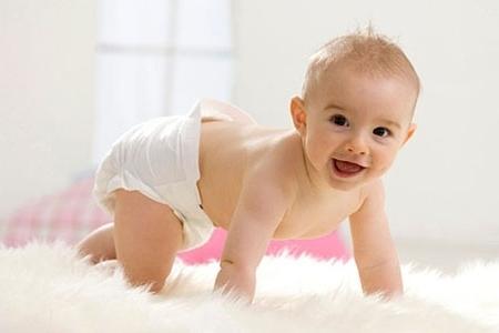 грудничек в возрасте от 0 до 6 месяцев.