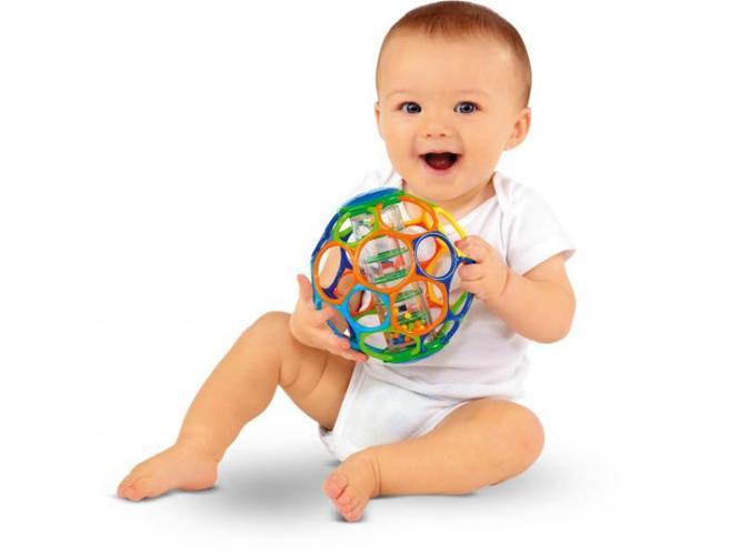 Малыш грает с мячиком