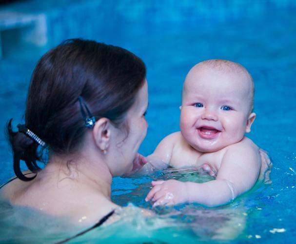 мама плавает с малышом