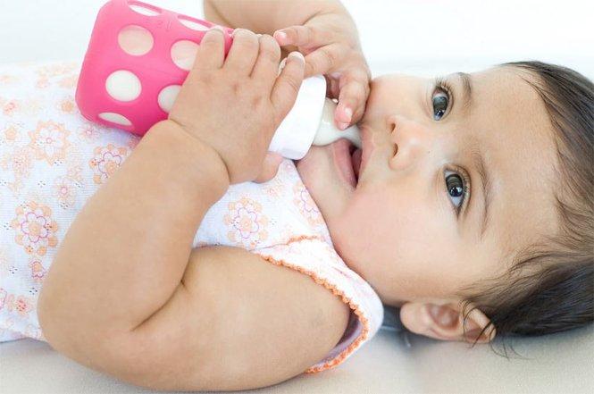 Малышка с бутылочкой