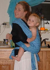Май-слинг - ребенок недостаточно плотно прижат к маме или располагается слишком низко